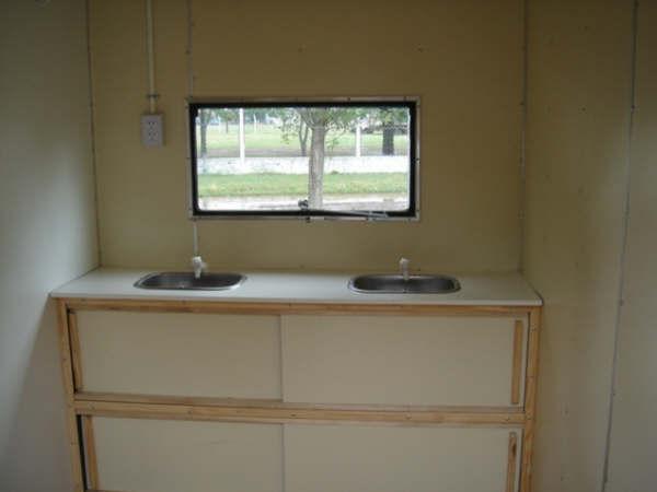 Baño Discapacitados Puerta Corrediza:Sanitario Rodante: mesada con 2 bachas, alacena con puertas corredizas